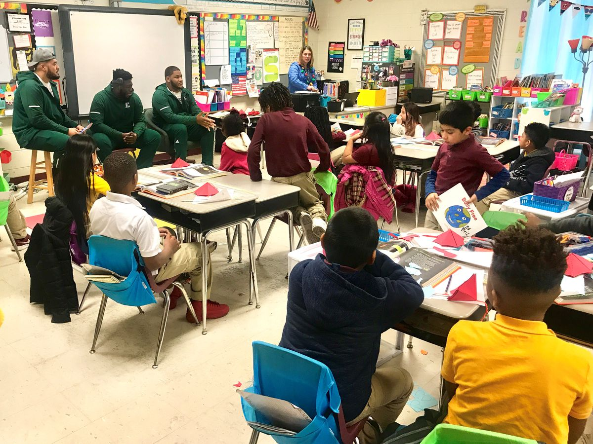 Eastern Michigan players read to students ahead of Camellia Bowl