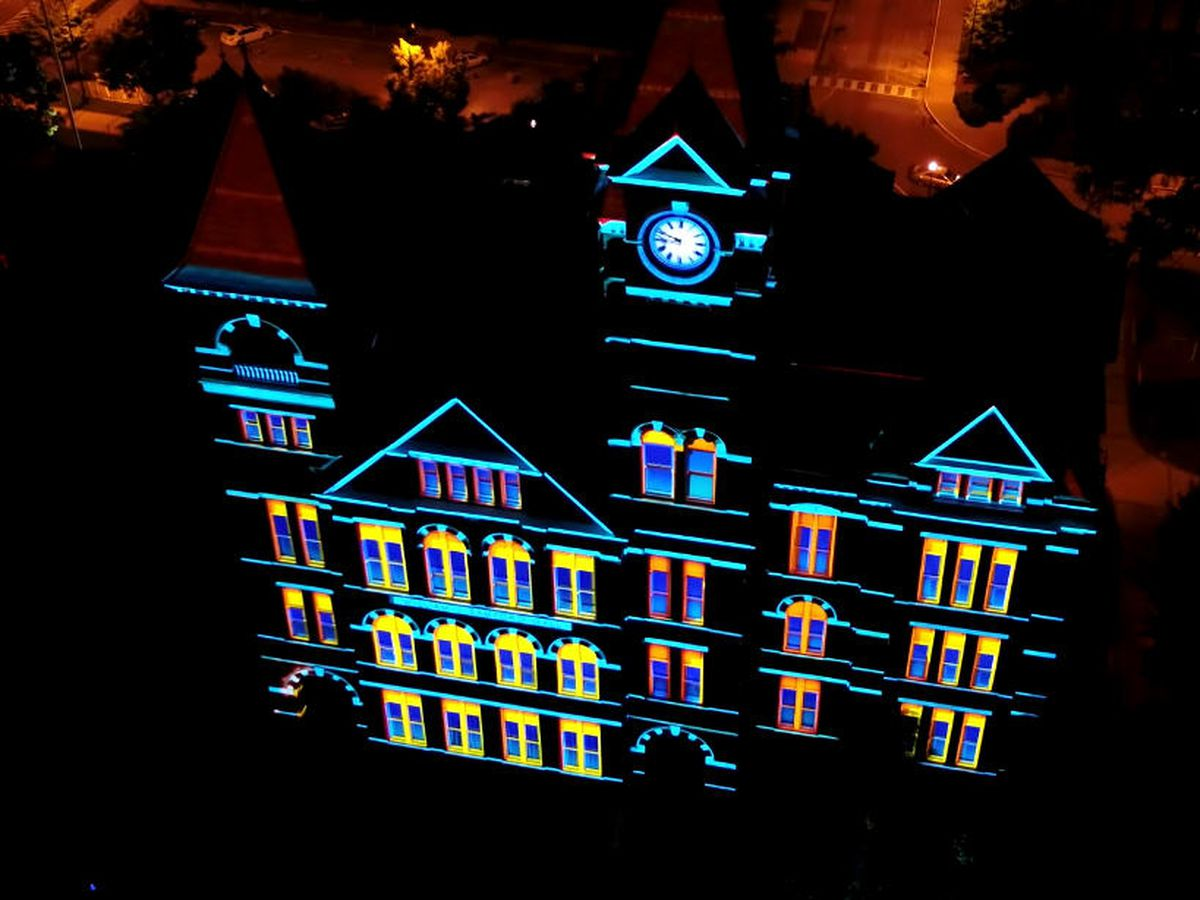 Auburn says 'thank you' with 3D Samford Hall light show