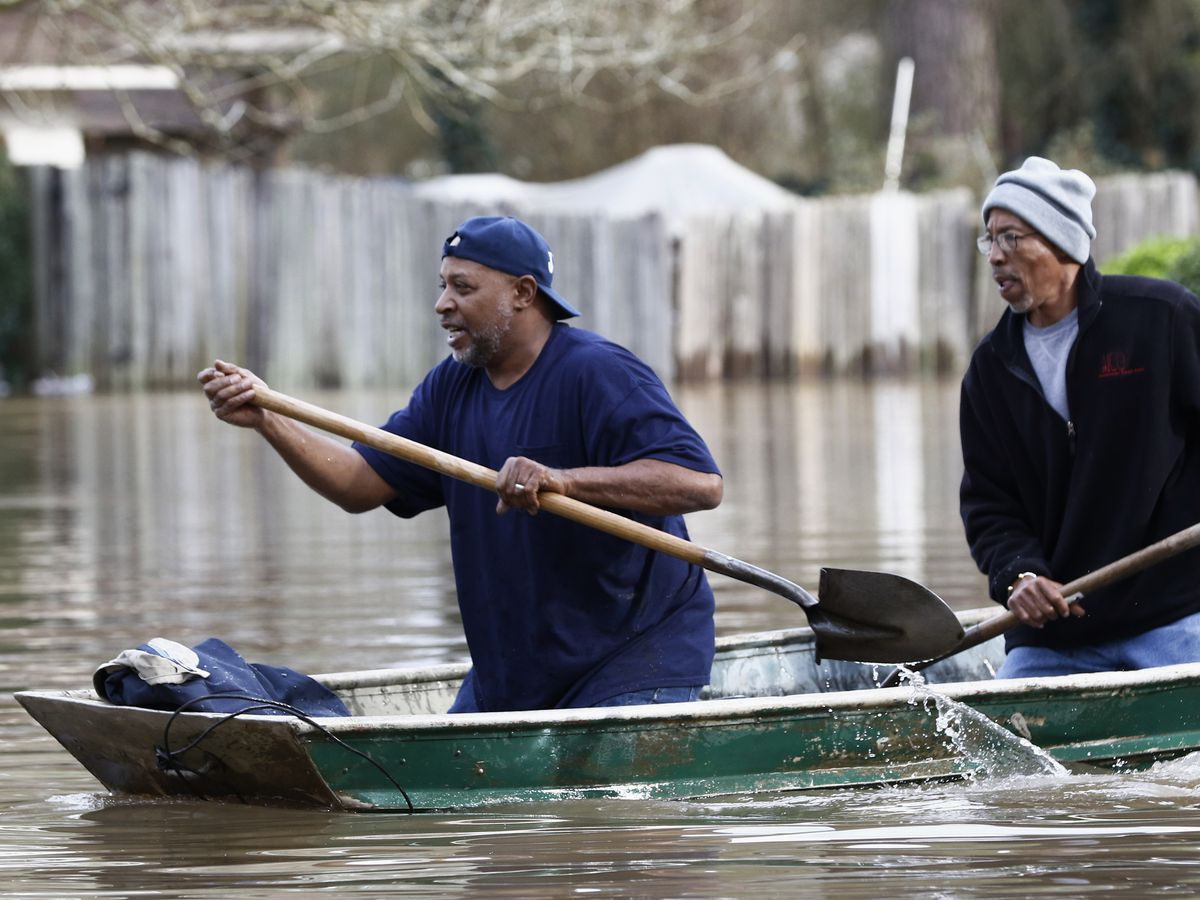 Hundreds still flooded from homes in Mississippi capital