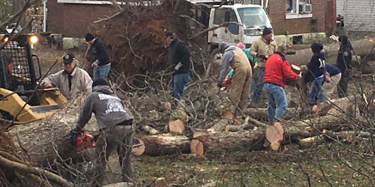 Hundreds turn out to help Wetumpka recover from powerful tornado