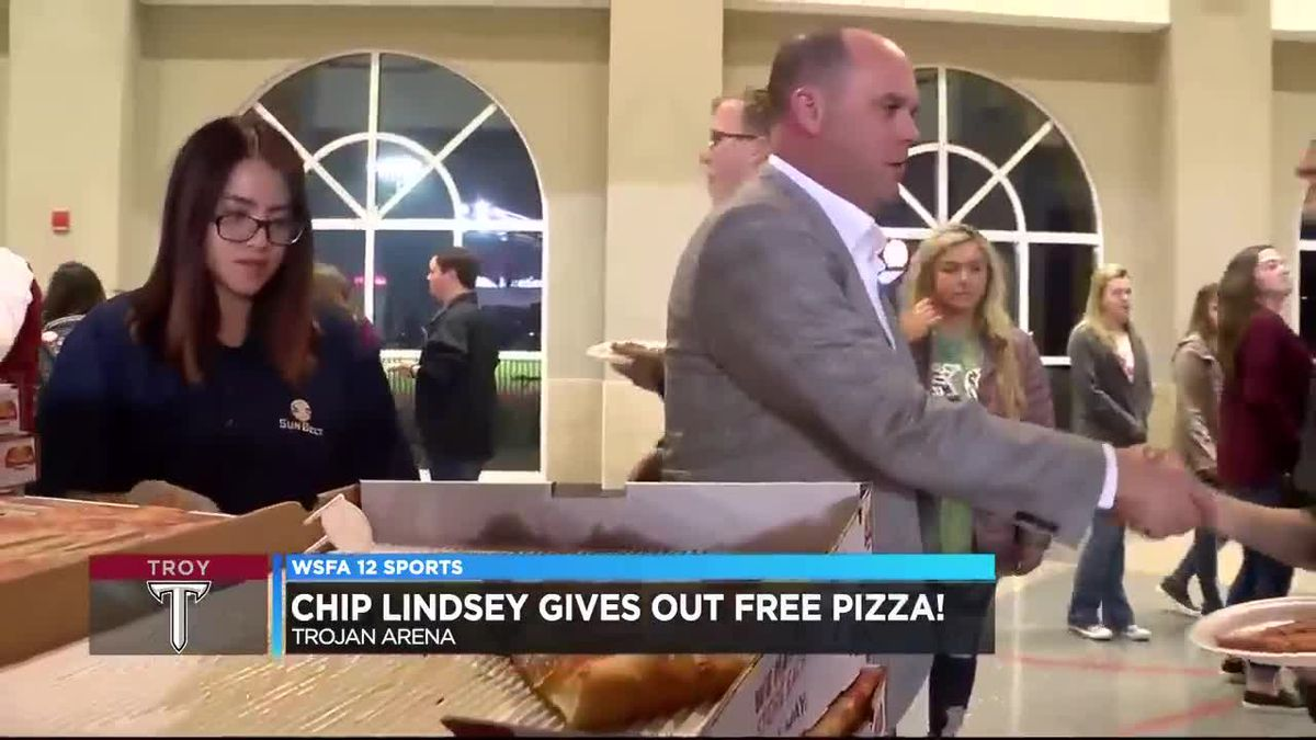 Chip Lindsey hands out free pizza to Troy students