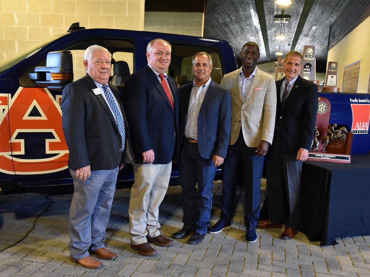 ALFA donates new truck to Auburn Equestrian Team