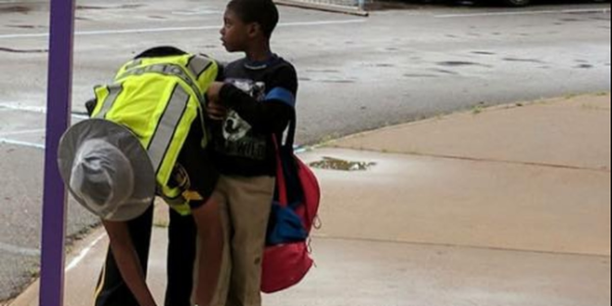 Photo shows Demopolis police officer's act of kindness